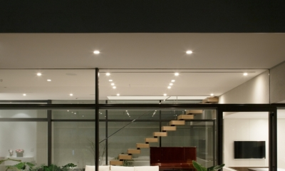 「S Residence」斜面地に建つ開放的な邸宅 (庭からの夜景)
