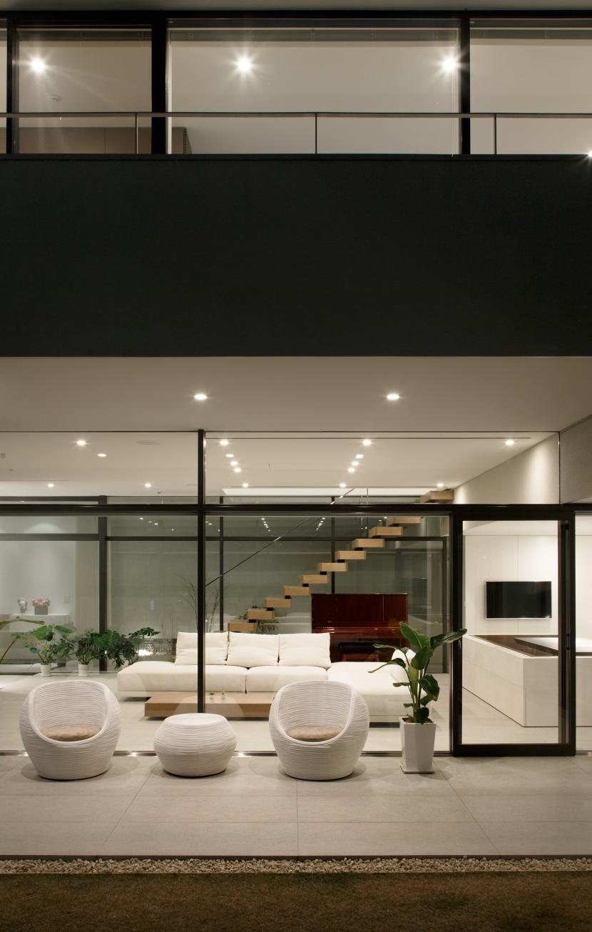 「S Residence」斜面地に建つ開放的な邸宅の部屋 庭からの夜景