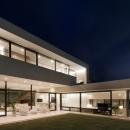 「S Residence」斜面地に建つ開放的な邸宅の写真 夜景