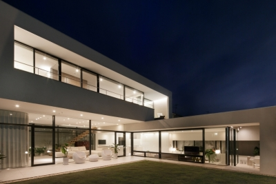 夜景 (「S Residence」斜面地に建つ開放的な邸宅)