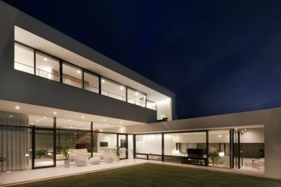 「S Residence」斜面地に建つ開放的な邸宅 (夜景)