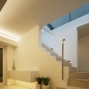 「S Residence」斜面地に建つ開放的な邸宅の写真 玄関