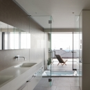 「S Residence」斜面地に建つ開放的な邸宅の写真 浴室