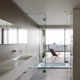 「S Residence」斜面地に建つ開放的な邸宅 (浴室)
