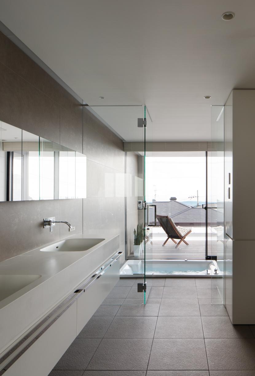 建築家:山崎壮一建築設計事務所「「S Residence」斜面地に建つ開放的な邸宅」