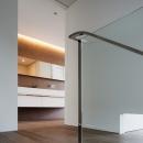 「S Residence」斜面地に建つ開放的な邸宅の写真 階段室・2階ホール