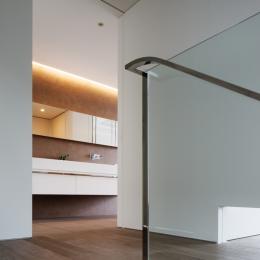「S Residence」斜面地に建つ開放的な邸宅 (階段室・2階ホール)