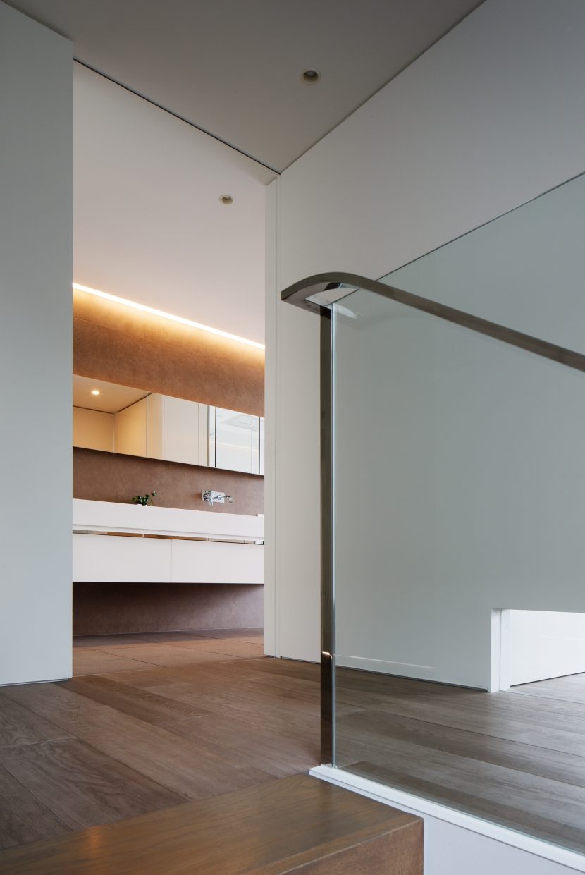 「S Residence」斜面地に建つ開放的な邸宅の部屋 階段室・2階ホール