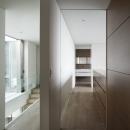 「S Residence」斜面地に建つ開放的な邸宅の写真 子供室より寝室・洗面室を見通す