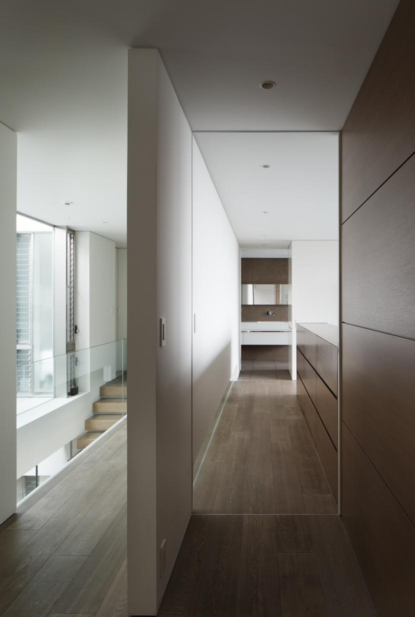「S Residence」斜面地に建つ開放的な邸宅 (子供室より寝室・洗面室を見通す)