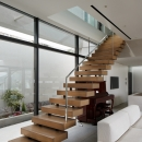 「S Residence」斜面地に建つ開放的な邸宅の写真 階段