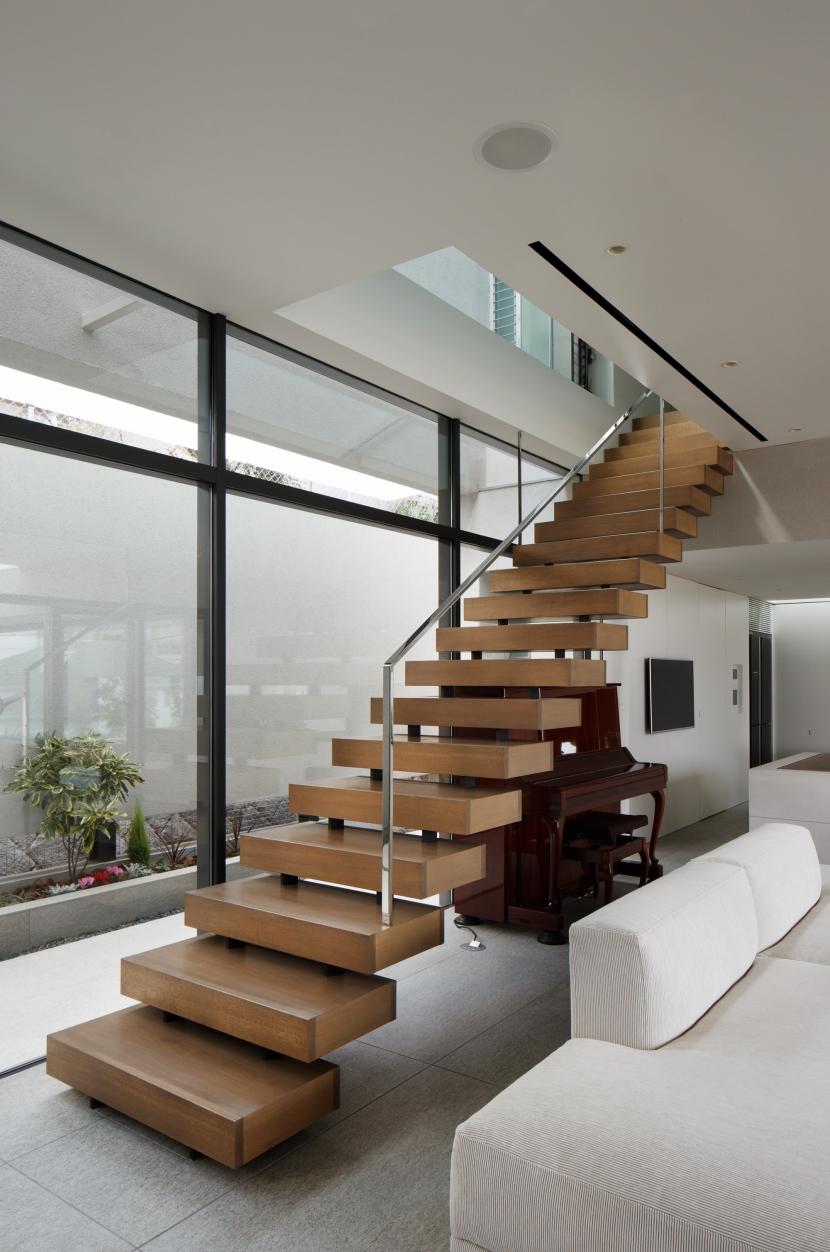 「S Residence」斜面地に建つ開放的な邸宅の部屋 階段