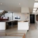 「S Residence」斜面地に建つ開放的な邸宅の写真 キッチン+ダイニング