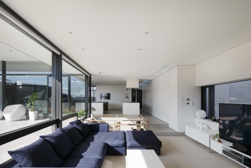 「S Residence」斜面地に建つ開放的な邸宅 (ファミリーリビングよりキッチン方向を見る)