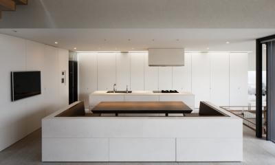 「S Residence」斜面地に建つ開放的な邸宅 (キッチン+ダイニング)