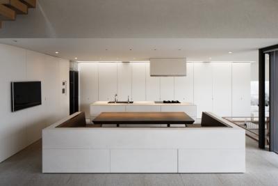 キッチン+ダイニング (「S Residence」斜面地に建つ開放的な邸宅)