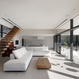 フォーマルリビング (「S Residence」斜面地に建つ開放的な邸宅)