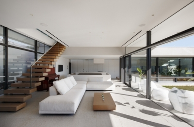 「S Residence」斜面地に建つ開放的な邸宅 (フォーマルリビング)