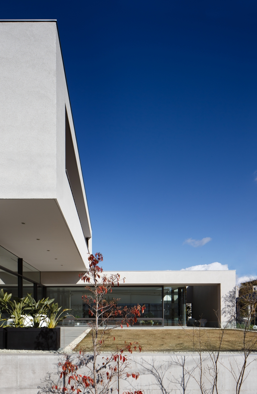 「S Residence」斜面地に建つ開放的な邸宅の部屋 外観
