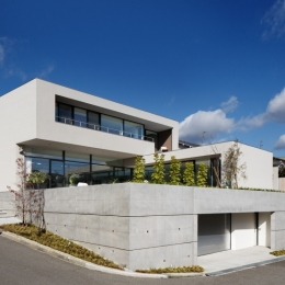 「S Residence」斜面地に建つ開放的な邸宅