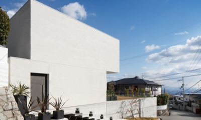 「S Residence」斜面地に建つ開放的な邸宅 (外観)