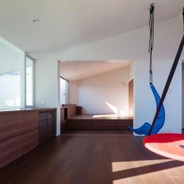 「駒場の家」左官土壁の木造3階建て (3階子供室から主寝室をみる)