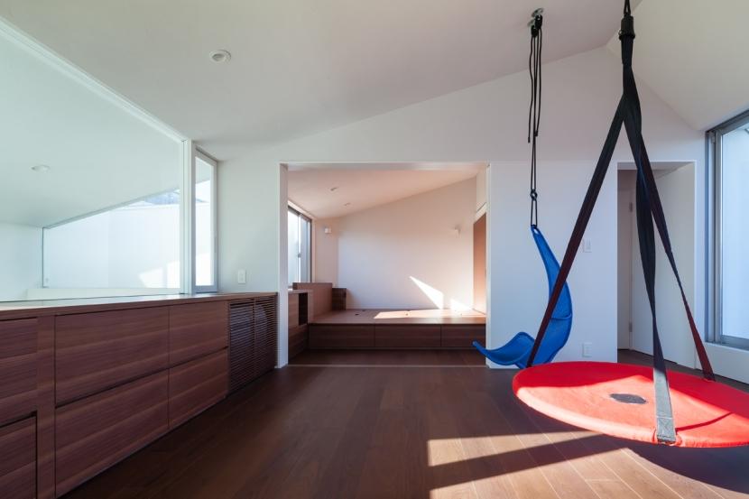 「駒場の家」左官土壁の木造3階建ての部屋 3階子供室から主寝室をみる