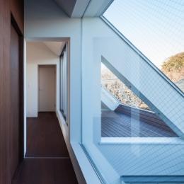 「駒場の家」左官土壁の木造3階建て (3階外部吹抜けとバルコニーを見る)