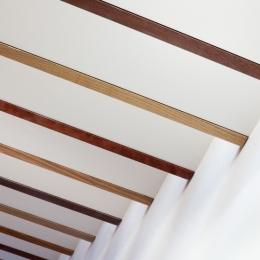 「駒場の家」左官土壁の木造3階建て (階段見上げ)