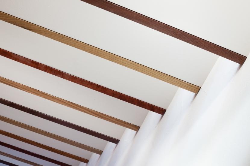 「駒場の家」左官土壁の木造3階建ての部屋 階段見上げ