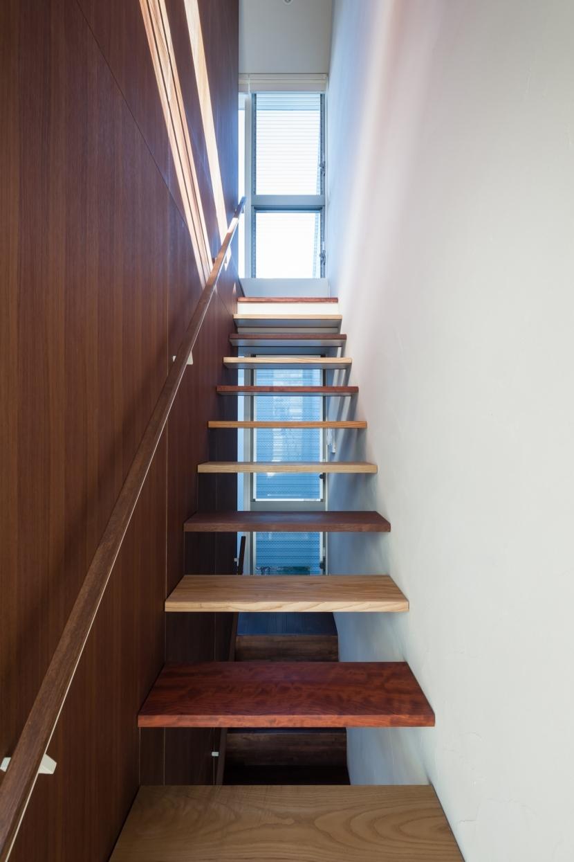 「駒場の家」左官土壁の木造3階建ての部屋 階段室