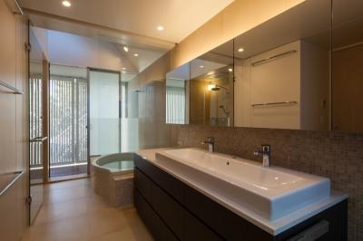 洗面・バスルーム (「駒場の家」左官土壁の木造3階建て)