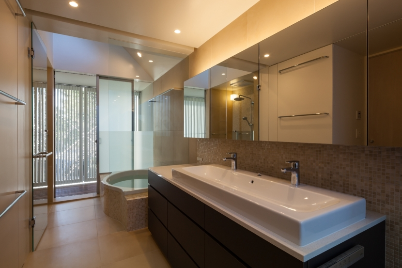 「駒場の家」左官土壁の木造3階建ての写真 洗面・バスルーム