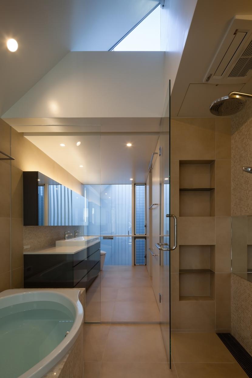 「駒場の家」左官土壁の木造3階建ての写真 バスルーム・洗面