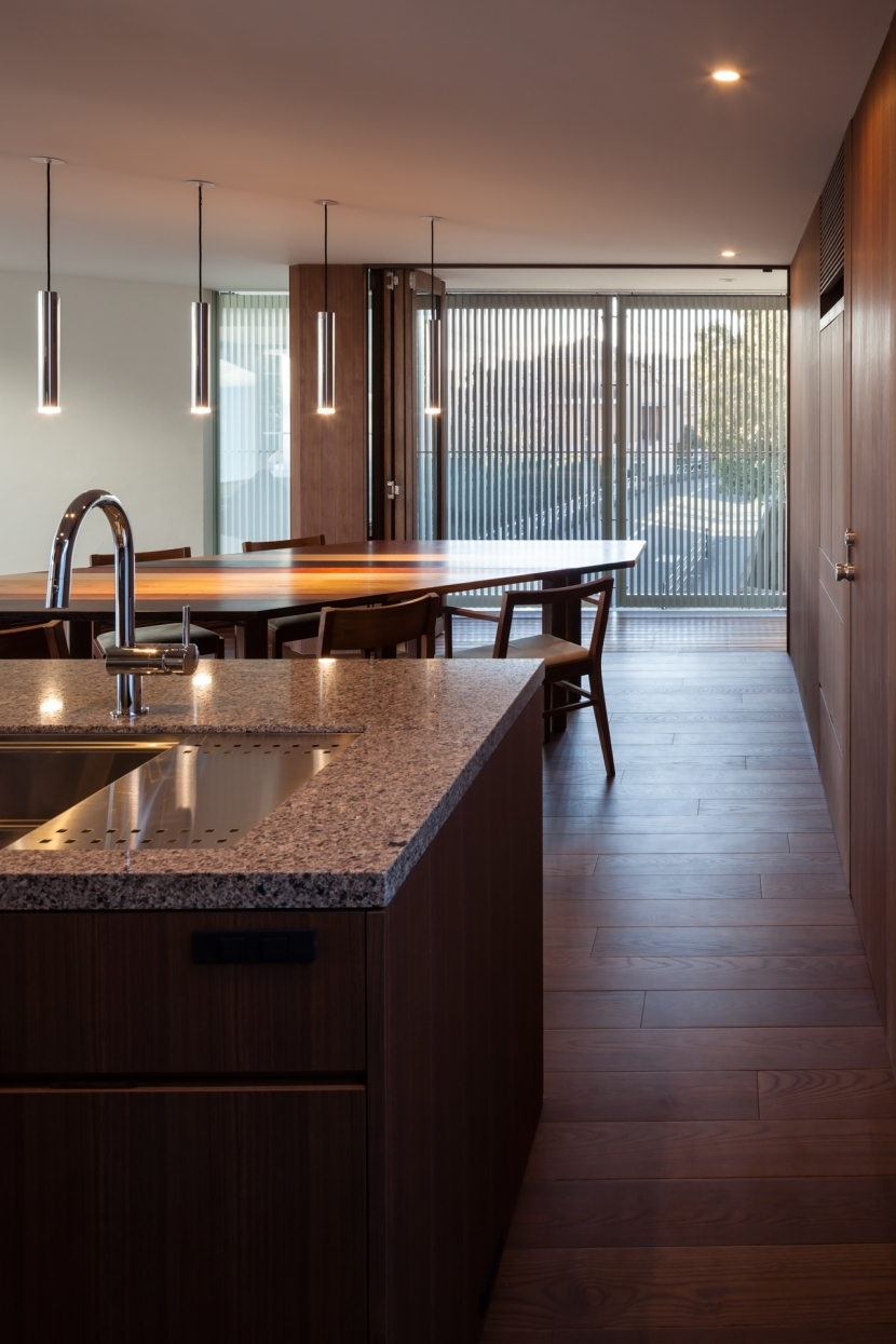「駒場の家」左官土壁の木造3階建ての部屋 キッチンよりバルコニーを見通す