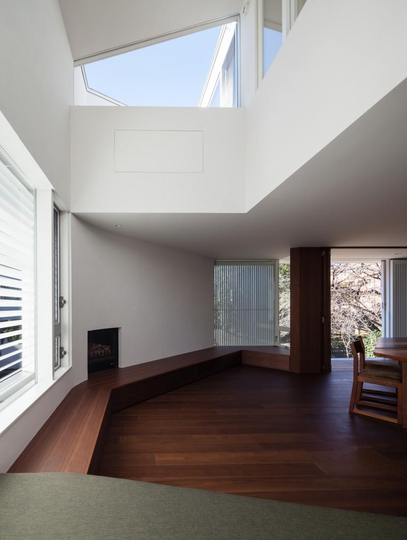 「駒場の家」左官土壁の木造3階建ての写真 リビング吹抜け