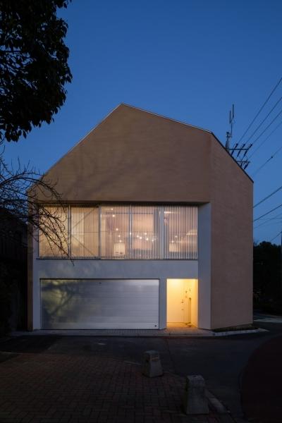 「駒場の家」左官土壁の木造3階建て (外観 夜景)