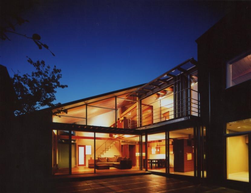 光を抱く家 (夕景)