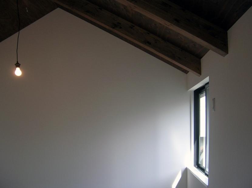 architype イエガタのいえの部屋 階段上の窓