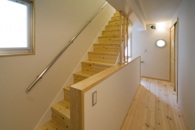 calm 穏やかさに包まれたいえの部屋 寝室からLDKへの階段