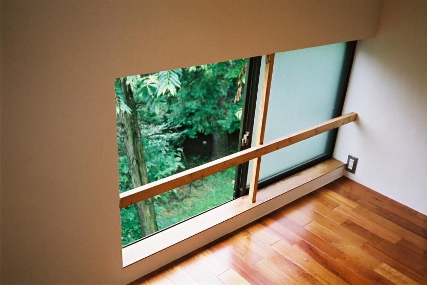 光ヶ丘 アトリエ玄関のある家の写真 ソファ-横の窓