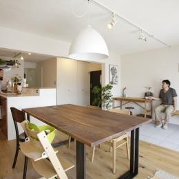 珪藻土や断熱塗料をDIYで塗装。暮らしに合わせてつくっていく家-リビング