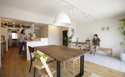 珪藻土や断熱塗料をDIYで塗装。暮らしに合わせてつくっていく家 (リビング)