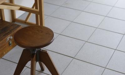 珪藻土や断熱塗料をDIYで塗装。暮らしに合わせてつくっていく家 (土間)