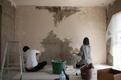 珪藻土や断熱塗料をDIYで塗装。暮らしに合わせてつくっていく家 (壁塗り)
