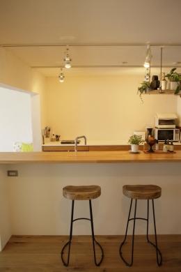 珪藻土や断熱塗料をDIYで塗装。暮らしに合わせてつくっていく家 (カウンターキッチン)