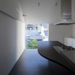食卓と菜園と三角屋根の家