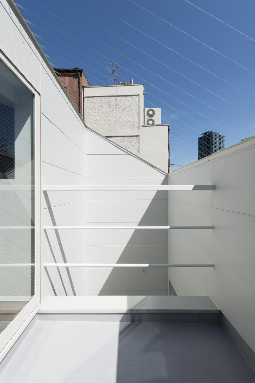 食卓と菜園と三角屋根の家の写真 菜園テラス