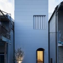食卓と菜園と三角屋根の家 (ファサード)