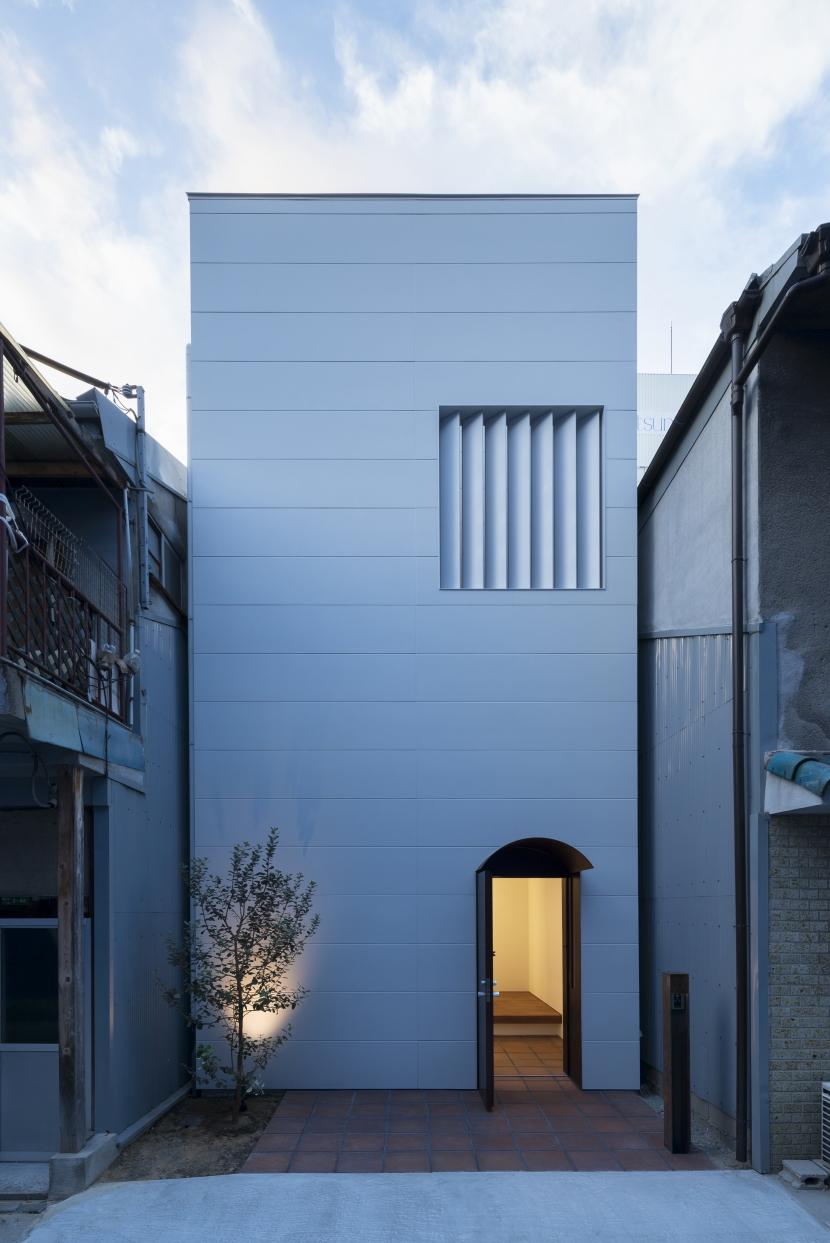 食卓と菜園と三角屋根の家の写真 ファサード